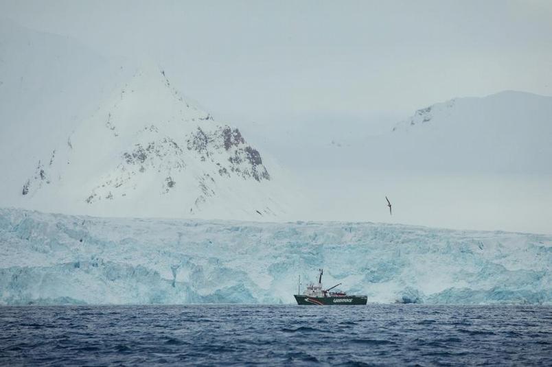 航行在斯瓦巴的達布林冰河(Dahlbreen glacier)前的,是綠色和平的「極地曙光號」。PHOTOGRAPH BY DENIS SINYAKOV, GREENPEACE