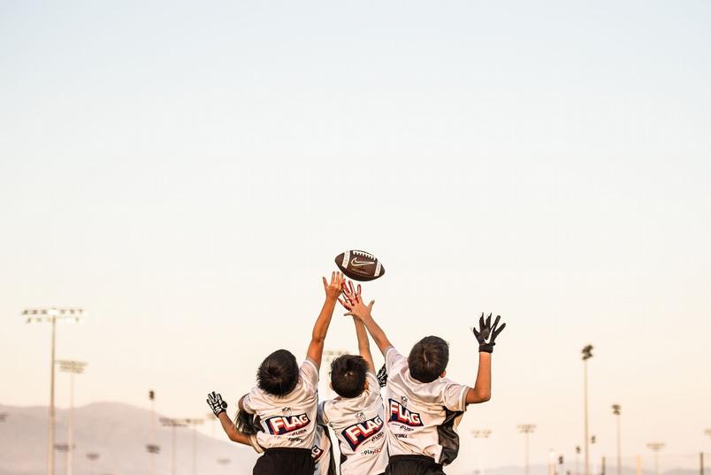 一群小小橄欖球員在加州爾灣(Irving)進行賽前熱身。〈你的觀點〉攝影師Lisa Hu Chen是其中一名男孩的母親。她說,這張照片是在比賽開始前拍攝的,也是她最喜歡的一張。