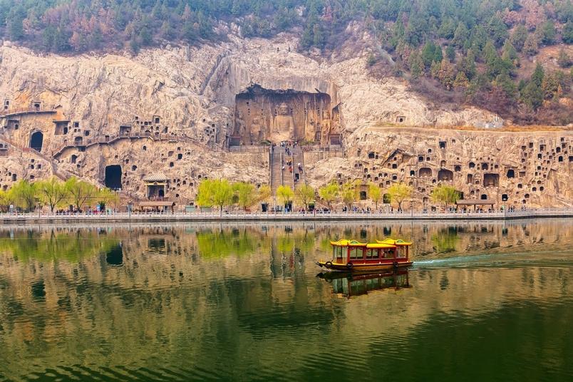 龍門石窟歷史可追溯至北魏,現存兩千多窟龕、四十多座佛塔和超過十萬座造像與著名的「龍門二十品」碑文。