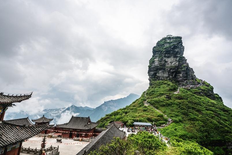 梵淨山處於由變質岩組成的古老地區,自然侵蝕造就了斷崖陡絕、溝谷深邃等奇景。