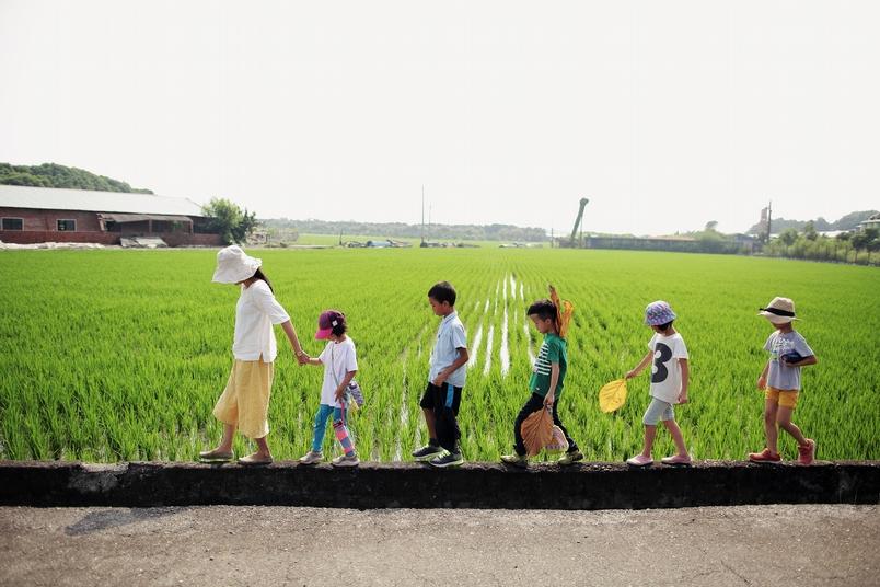 在彰化縣溪州鄉「純園」內辦學的「基石華德福」師生們,以在地環境作為戶外教學,溪州自然生態農田是小朋友上食農教育的理想處所。溪州鄉在「溪州尚水友善農產」的推動下,成為友善環境耕作及水田復育生態基地,溪州當地的「莿仔埤圳產業文化協會」會推出產地遊程食農教育,透過體驗的過程,讓民眾可經由與食物、飲食工作者、動植物、農民、自然環境等的互動,重新建立人與食物、人與土地的關係。(攝影:林韋言)