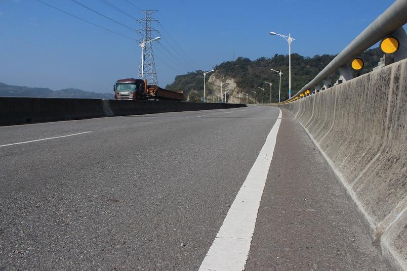 護欄和來往頻繁的車輛,可能使得正在擴張領域的石虎無所遁逃。攝影:廖靜蕙。
