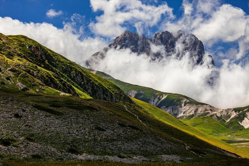 大科爾諾峰(Corno Grande)矗立在白雲之間,是亞平寧山脈(Apennine Mountains)的最高峰。對於地殼構造的調查顯示,位在義大利中部的亞平寧山脈是大亞德里亞古大陸(Greater Adria)被削去陸塊的一部分殘骸。PHOTOGRAPH BY GUIDO PARADISI, ALAMY STOCK PHOTO