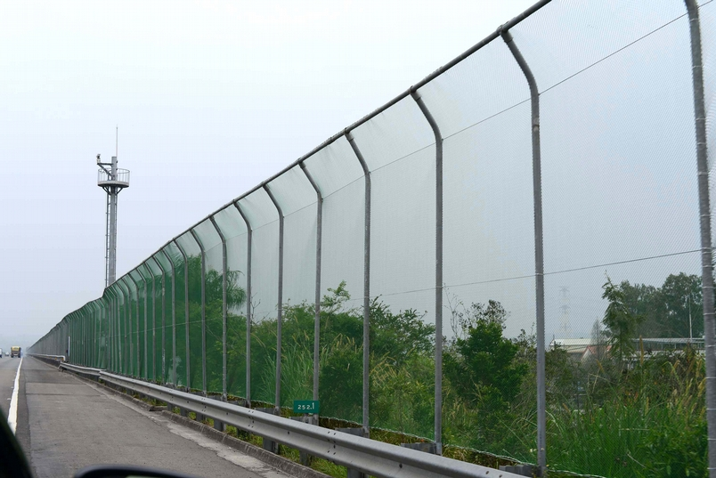 在路殺熱點的山區道路建設圍籬,阻擋野生動物誤闖馬路。圖片提供│林德恩