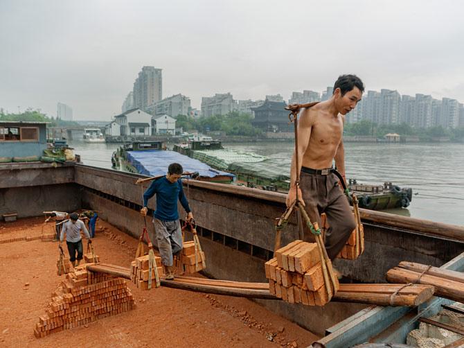 10-stickman-carries-load-of-bricks-670