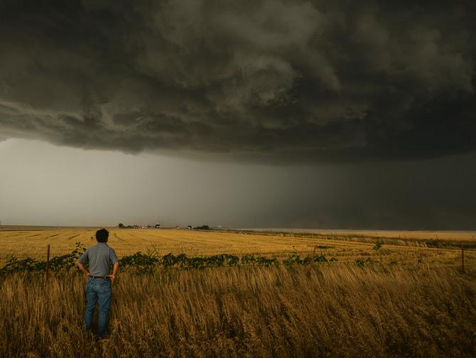 13-tim-samaras-watches-stormy-sky-670