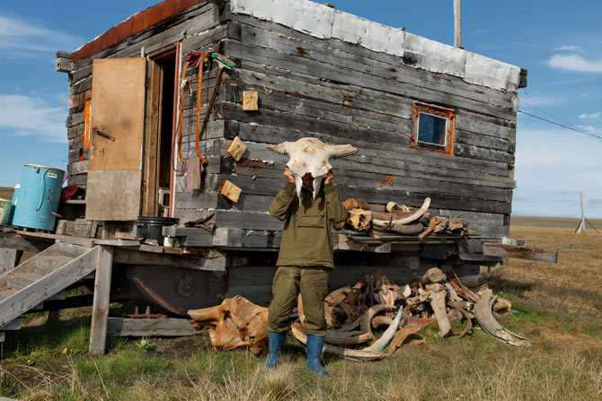 04-vladimir-potapov-raises-prehistoric-bison-skull-670