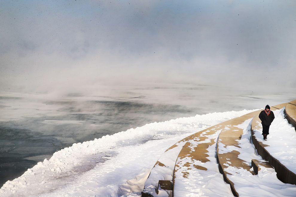 伊利諾州芝加哥的密西根湖(Lake Michigan)在1月6日溫度驟降至零度以下,湖面因而飄起了冰霧。 攝影:SCOTT OLSON, GETTY