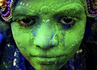 臉上有綠色粉末的侯麗節女子