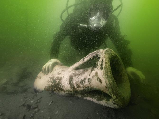 02-diver-amphorae-670