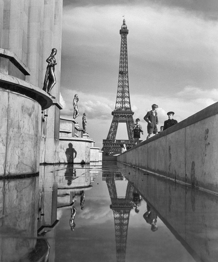 為世界博覽會而建造的艾菲爾鐵塔逾1889年完工。照片攝於1946年。 PHOTOGRAPH BY MAYNARD OWEN WILLIAMS, NATIONAL GEOGRAPHIC