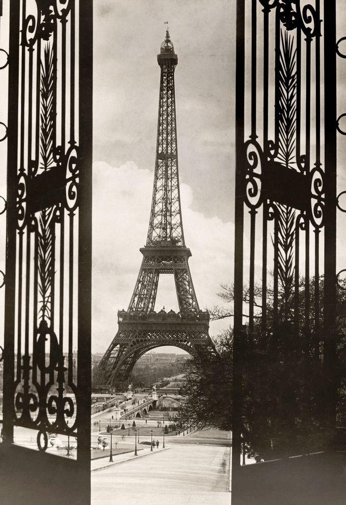 特羅卡迪羅廣場的大門彷彿框住了艾菲爾鐵塔。照片攝於1921年7月。 PHOTOGRAPH BY KEYSTONE VIEW CO, NATIONAL GEOGRAPHIC