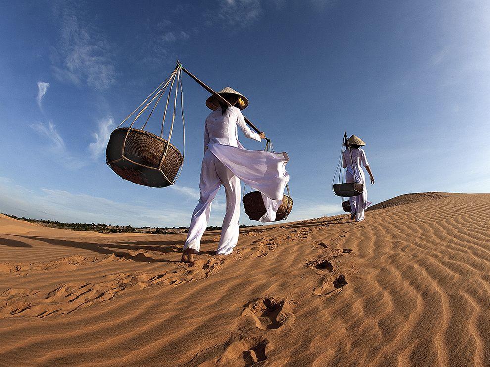 women-mui-ne-dunes_78919_990x742