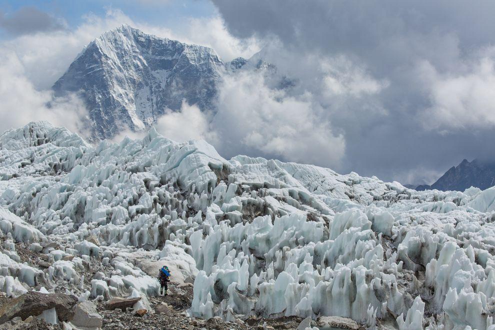 雪巴人從極度危險的坤布冰瀑中現蹤,這裡就位於聖母峰基地營上方。目前有一道暫停所有聖母峰攀登活動的命令,但是一名中國女性仍在上週五登頂。 Photograph by Aaron Huey, National Geographic Creative