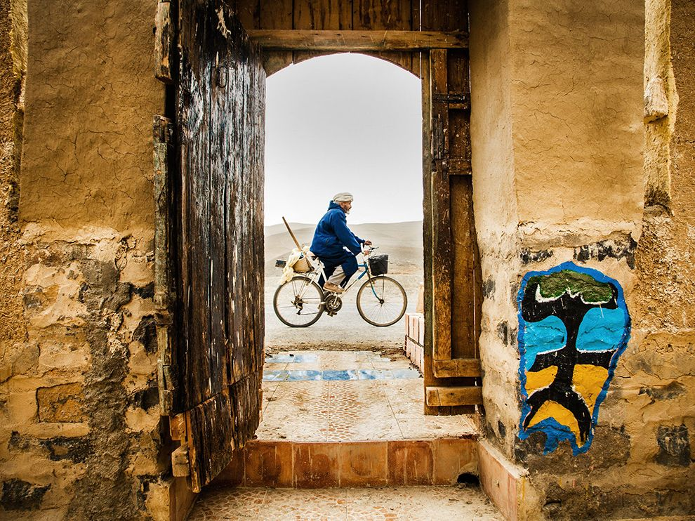man-bike-morocco-door_79793_990x742