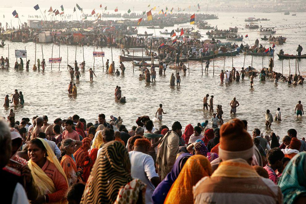 在印度的阿拉哈巴德,印度教朝聖者於恆河中沐浴。專家預計,印度將成為全世界人口最多的國家。 Photograph by Stefano De Luigi, VII