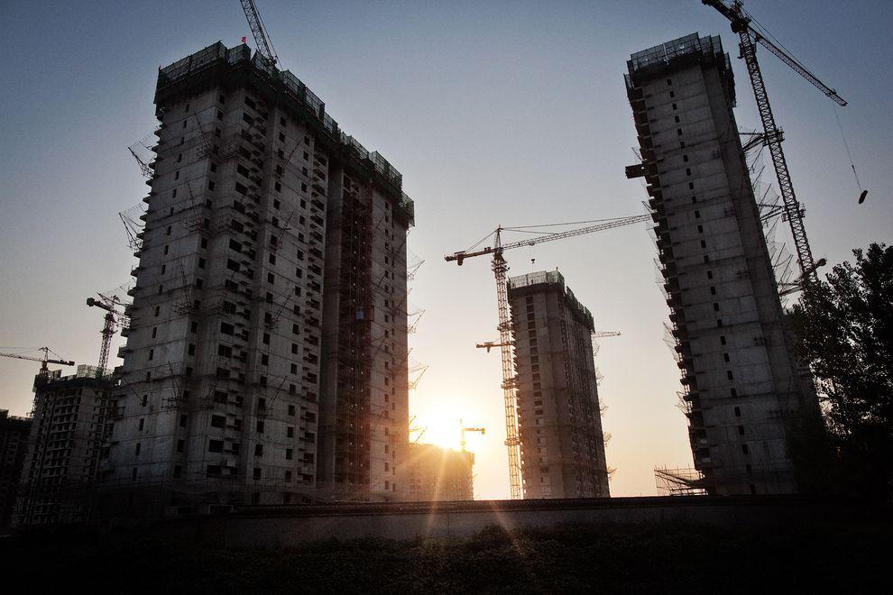 嶄新的公寓大樓在中國北京迅速地建起。中國是目前人口最多的國家,預計將會在本世紀面臨人口減少的情形。 Photograph by Marcus Bleasdale, VII