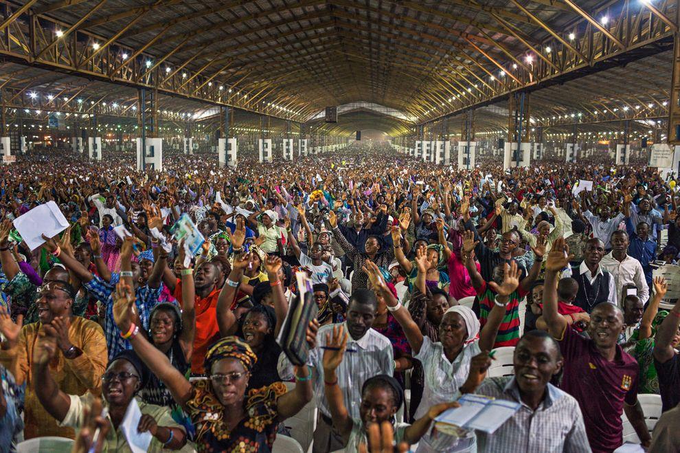 數以千計的民眾在奈及利亞拉哥斯市郊外參與一場教堂禮拜儀式,這是非洲人口最多的國家中,人口最多的城市。在未來的一個世紀中,撒哈拉以南非洲將會是全世界人口成場最多的地方。 Photograph by Robin Hammond, Panos