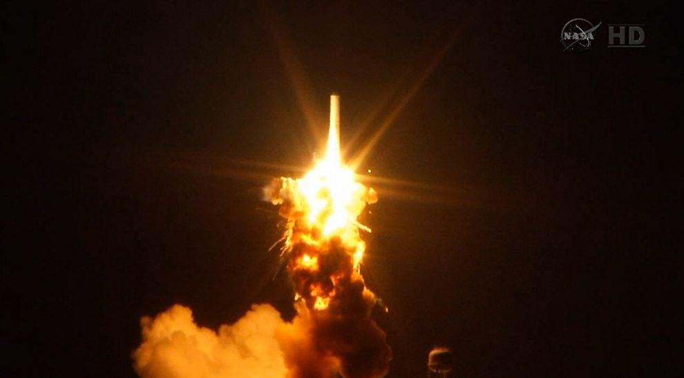 週二的爆炸始於靠近火箭底部的地方。 Photograph by NASA TV via AP