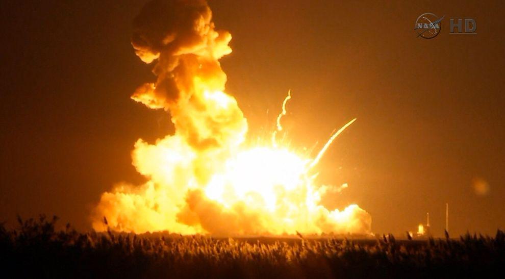 一艘火箭在發射六秒鐘後升空失敗,毀了一項再補給國際太空站的任務。 Photograph by NASA TV via AP