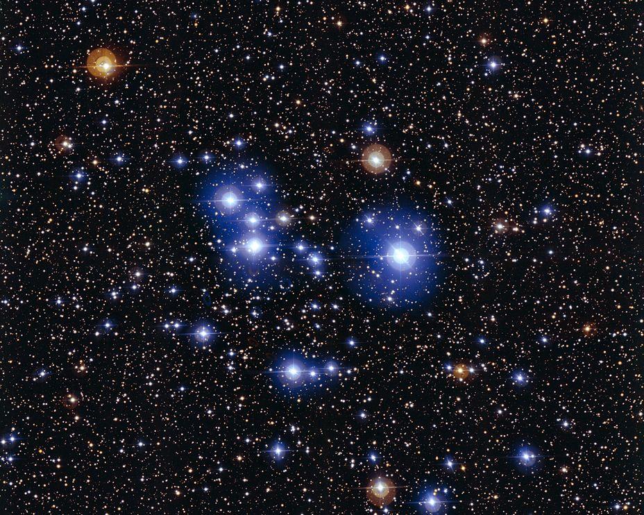 這張年輕的散開星團Messier 47的壯觀影像中,最引人注目的就是少數明亮的藍星。前景中幾個較老的紅巨星與它們形成對比。這些紅巨星並不屬於M47星團。 Photograph by European Southern Observatory