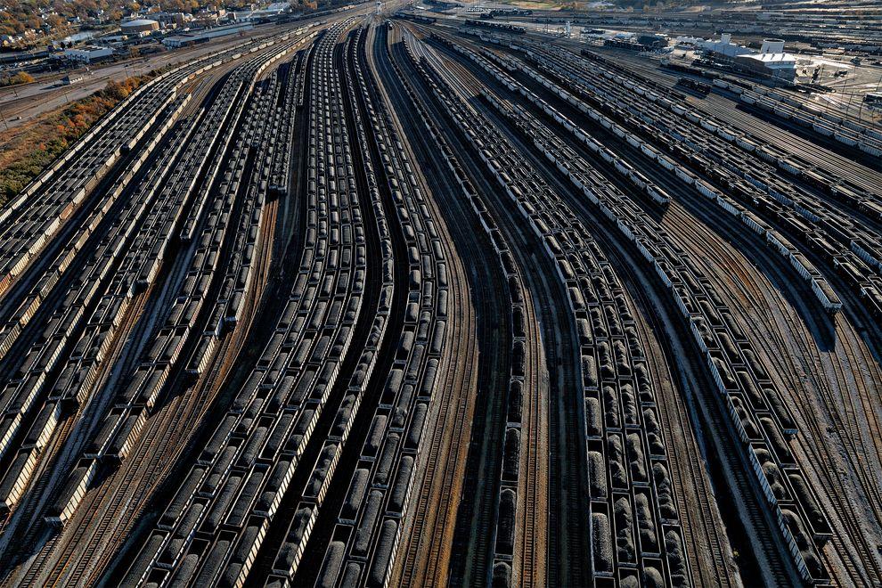 全球對化石燃料依賴持續攀升的同時,捕捉熱和造成氣候變遷的二氧化碳排放量也跟著增加。這些在維吉尼亞州總站的軌道自動車排著隊要把煤裝載到船上。 Photograph by Robb Kendrick, National Geographic Creative