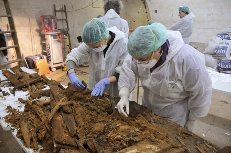 法醫鑑識專家仔細詳查在馬德里一座女修道院地窖中找到的遺骸,這裡面可能含有塞凡提斯的骨頭。 Photograph by Madrid Region Handout