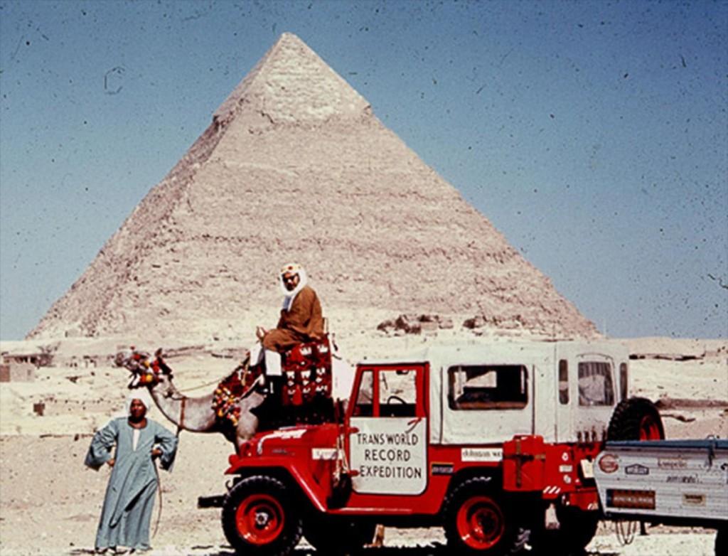 哈洛德‧史帝芬斯(Harold Stephens)是阿爾伯特‧波戴爾(Albert Podell)「穿越世界破紀錄遠征隊」的共同領隊。圖為他在1965年6月在埃及吉薩金字塔前坐在駱駝背上留影。他們以汽車環遊世界,創下以此種方式旅行而不中斷的最長紀錄。PHOTOGRAPH COURTESY ALBERT PODELL