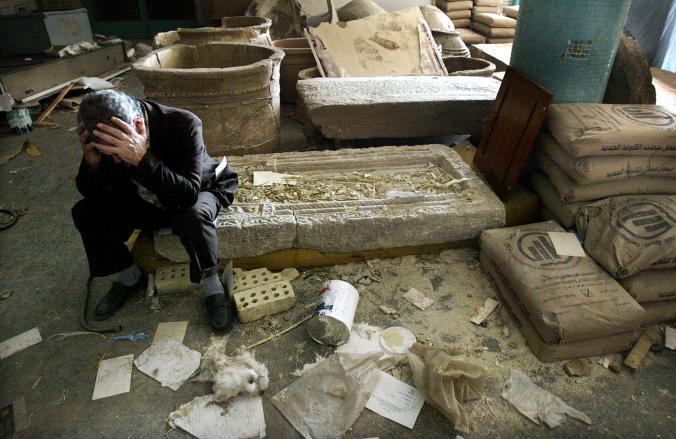 伊拉克國家博物館在2003年以美國為首的侵略行動中遭到掠奪後,當時的副館長穆辛•哈山(Mushin Hasan)看著殘骸,十分痛心。Photograph by Mario Tama, Getty