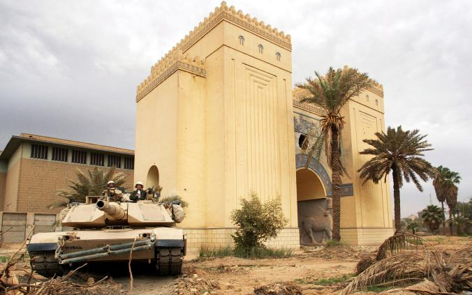 2003年4月,一輛美軍坦克車在伊拉克國家博物館被掠奪破壞後往外移駛。官方估計有超過5000件文物被盜走。Photograph by Gleb Garanich, Reuters