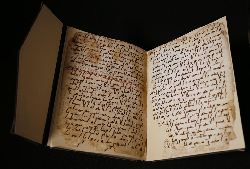 在英國一間圖書館裡發現的兩頁《古蘭經》有近1400年的歷史,這是這部伊斯蘭聖典已知現存最早的文本證據之一。  PHOTOGRAPH BY FRANK AUGSTEIN, ASSOCIATED PRESS
