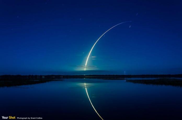 火箭升上天際在湖面形成美麗倒影