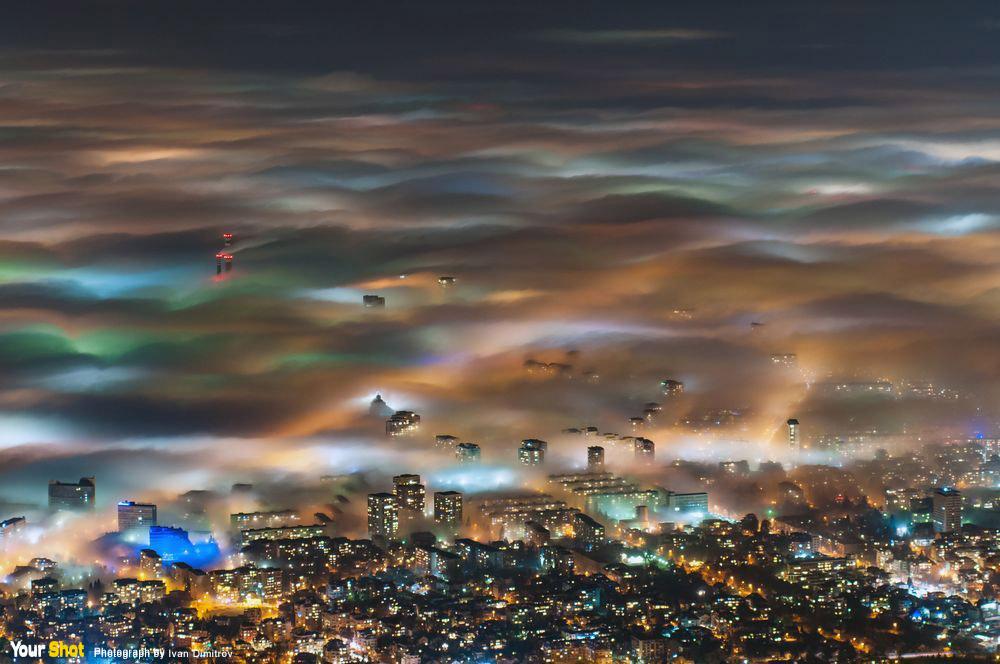 朦朧蓋上了一層薄霧的城市夜景