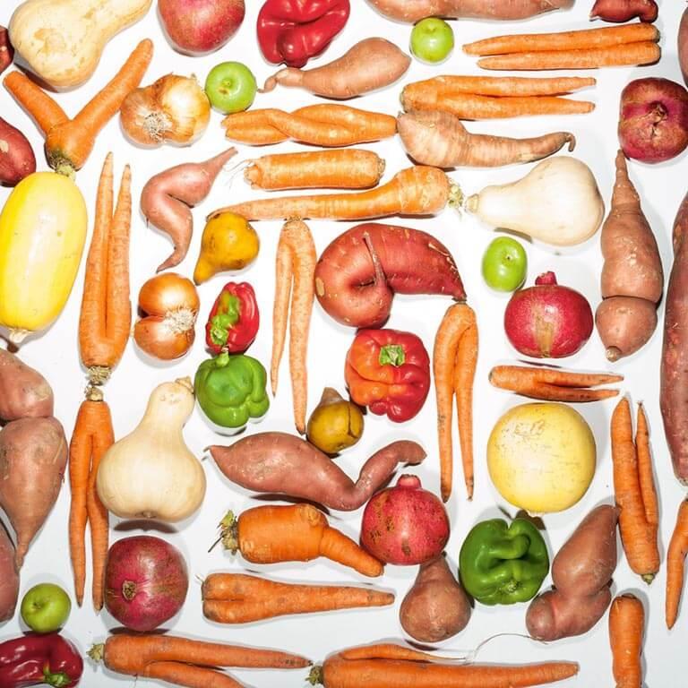不可以貌取食 美國每年大約有億公斤的水果和蔬菜沒有被採收或賣掉,通常是為了外觀的緣故。在加州艾麥里維市成立的新創公司「不完美」,向農夫購買其貌不揚的農產品,並以低價配送到舊金山灣區的一千多名訂購者手中。美國和歐洲的連鎖零售商以折扣價出售外觀特異的水果和蔬菜也相當成功。「我們重新定義美麗,而不是美味,」「不完美」的創辦人之一隆恩.克拉克說。.