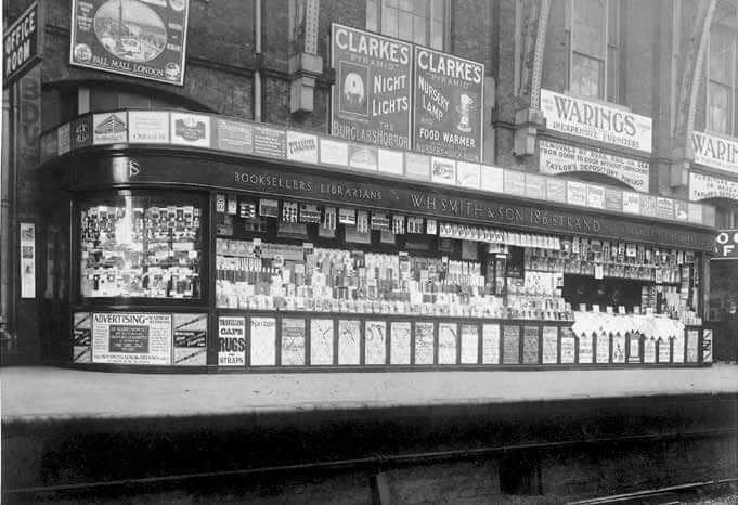 W.H. 史密斯在倫敦國王十字車站 (King's Cross Station)的書報攤, 時為1910 年。史密斯是首先看到鐵路書報攤潛力的人。後來有許多人模仿他的做法,包括法國的路易・阿歇特。