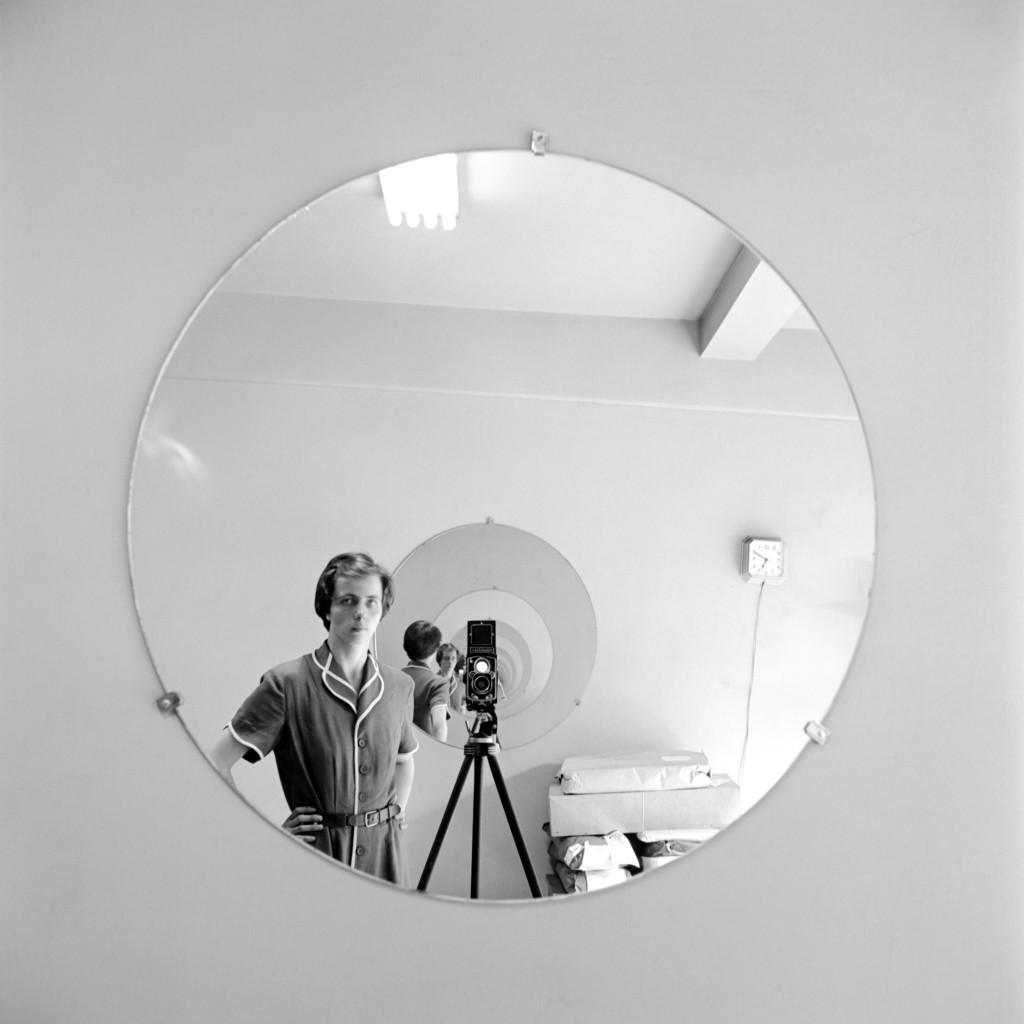 《尋秘街拍客》薇薇安邁爾攝影作品自拍照-VM Self Portrait Round Mirror Repeating Image