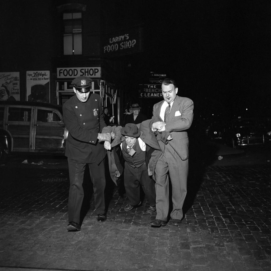 《尋秘街拍客》薇薇安邁爾攝影作品2-Man Being Dragged by Cops Night