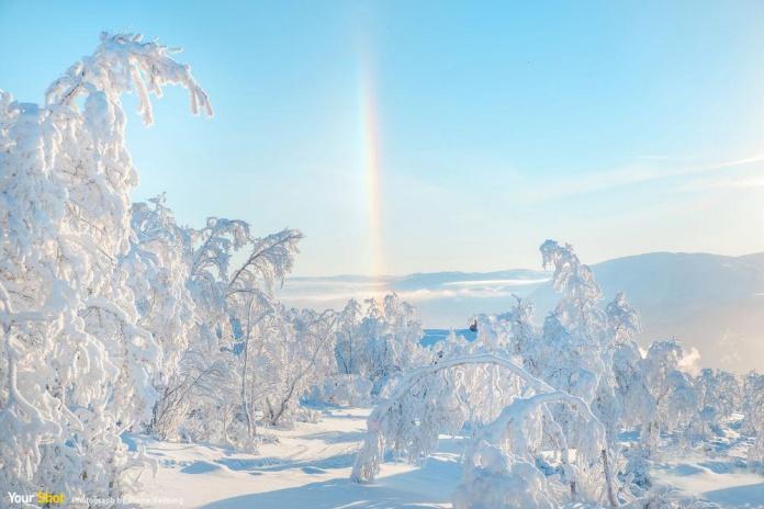 挪威冬天的雪晶在空氣中形成彩虹柱