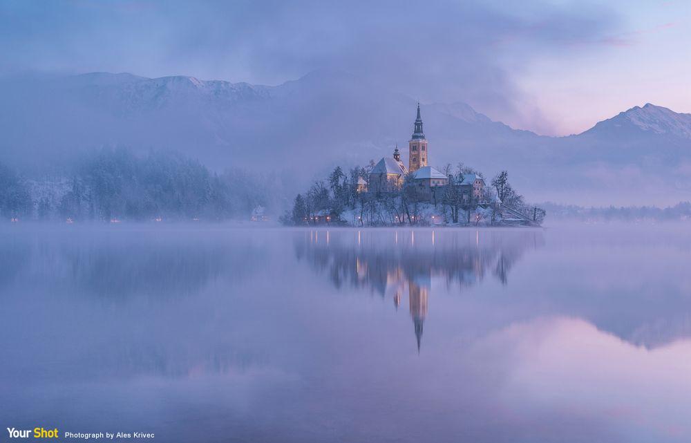 斯洛維尼亞紅紫色清晨的湖面美景