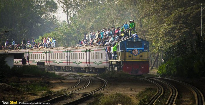 數千名穆斯林以危險的方式搭乘火車