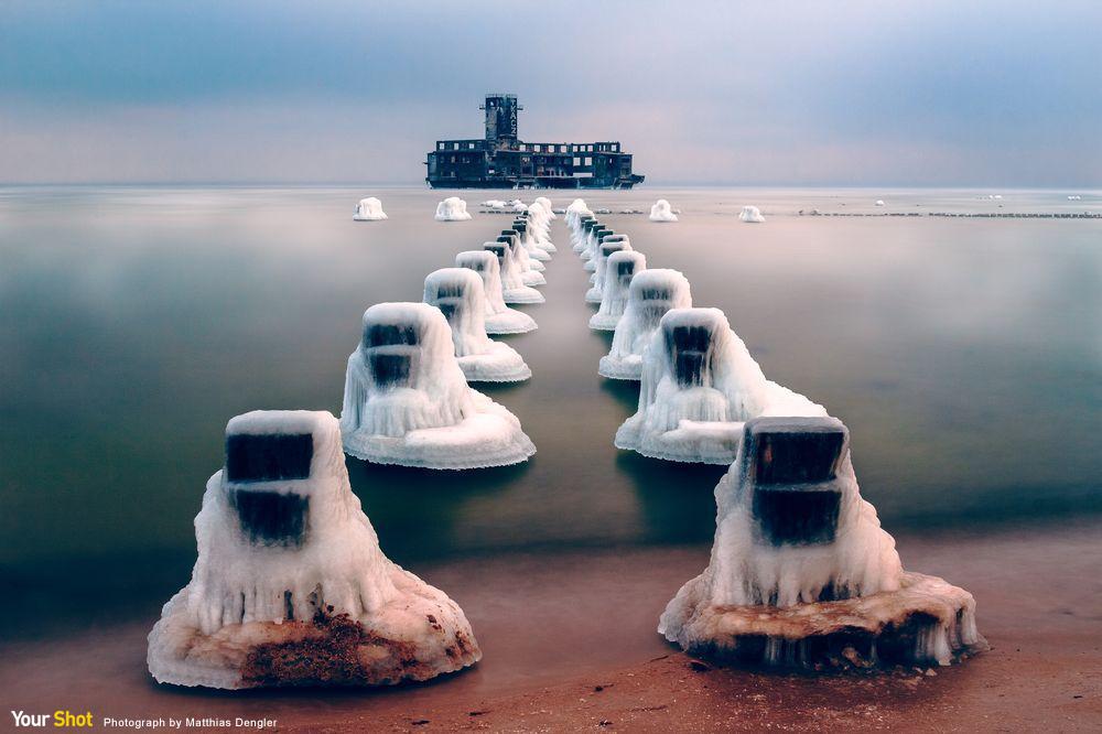 波蘭廢棄二戰人工島的結冰防波堤