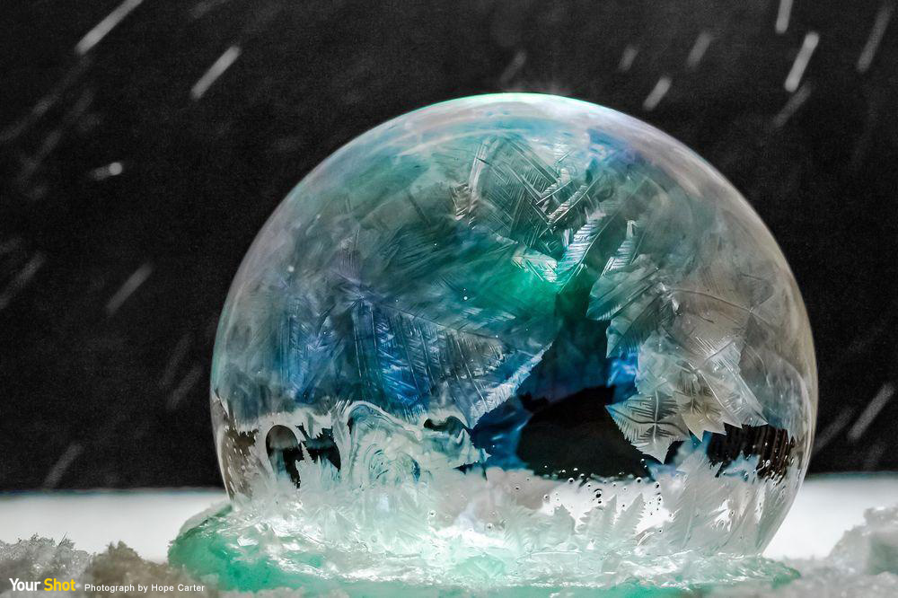 因寒冷氣溫而結冰的泡泡