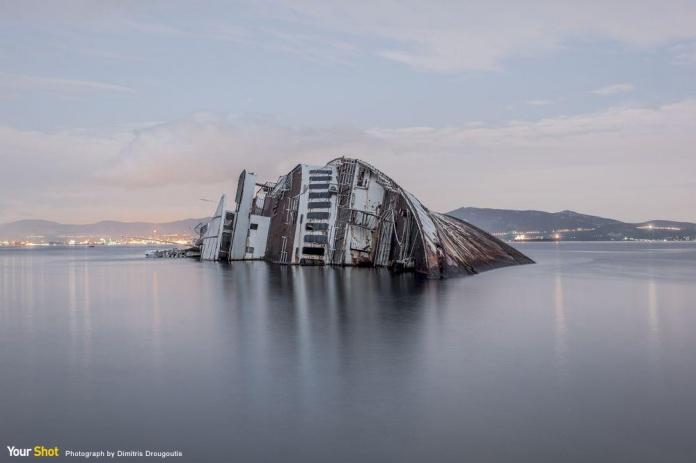 被遺棄的船地中海天空號沉沒在希臘的海中