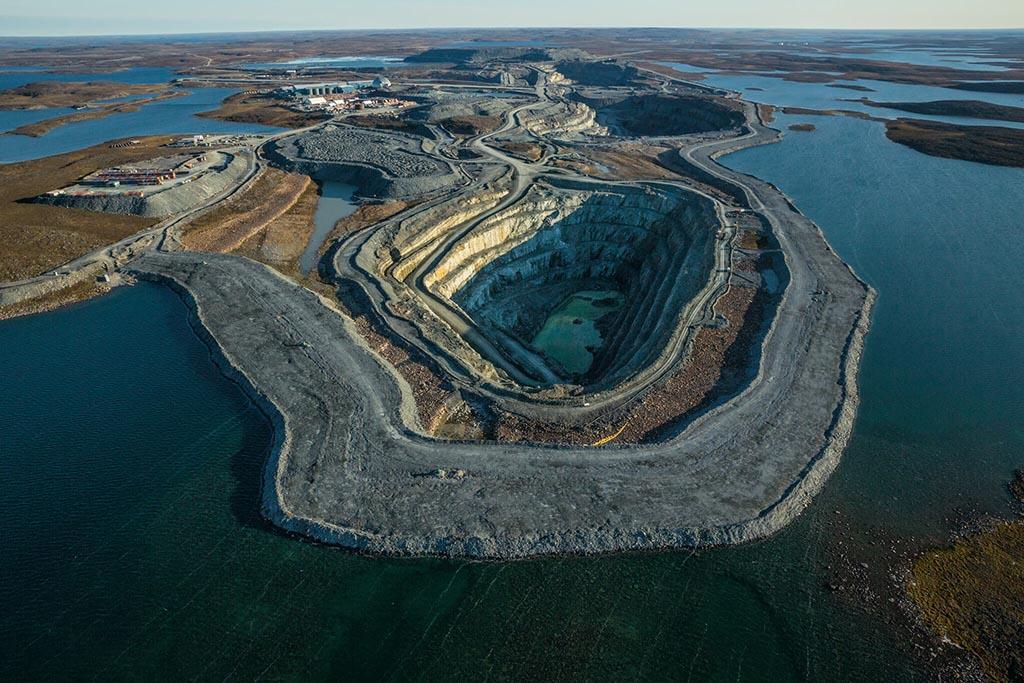 2010年,梅朵班克金礦礦場在加拿大礦藏豐富的努納武特開始營運;這個廣袤的區域有3萬7000名居民,其中約有400名在礦場工作。凍原在夏天融化成湖泊和充斥著昆蟲的沼澤時,圖中這道堤防能避免礦場淹水。Photograph by Joel K. Bourne, Jr.
