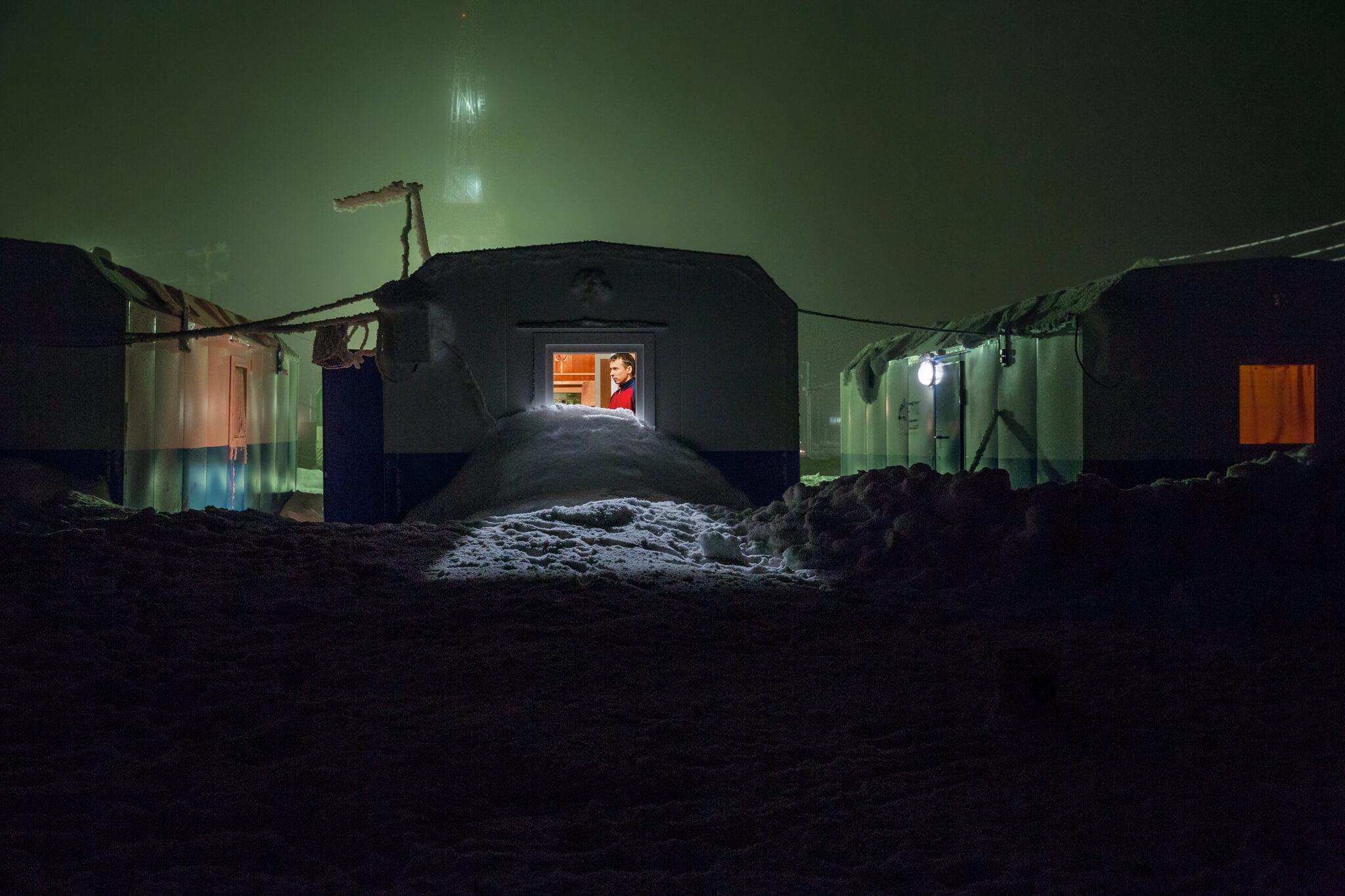 博瓦年科沃鑽井隊的一名成員在他和其他至多三名男性共用的拖車裡休息。鑽井工人大多是國營的俄羅斯天然氣工業公司的契約工。他們在室外溫度可低於攝氏零下45度的冬天也會持續工作。Photograph by Evgenia Arbugaeva