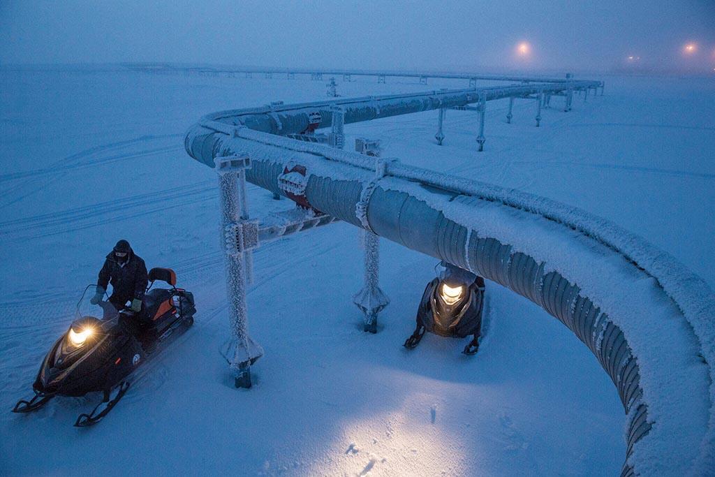 俄羅斯天然氣工業公司在博瓦年科沃的工人正在檢查管線——這條管線所屬的網絡會將天然氣運送到亞洲與歐洲各地的城鎮。利潤與政治會決定北極地區將有多少資源遭到開採。Photograph by Joel K. Bourne, Jr.