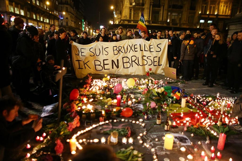 2016年3月22日,比利時布魯塞爾,市民於交易所廣場舉行悼念活動,有集會人士拉起寫有「我是布魯塞爾人」的橫額。攝:Carl Court/GETTY