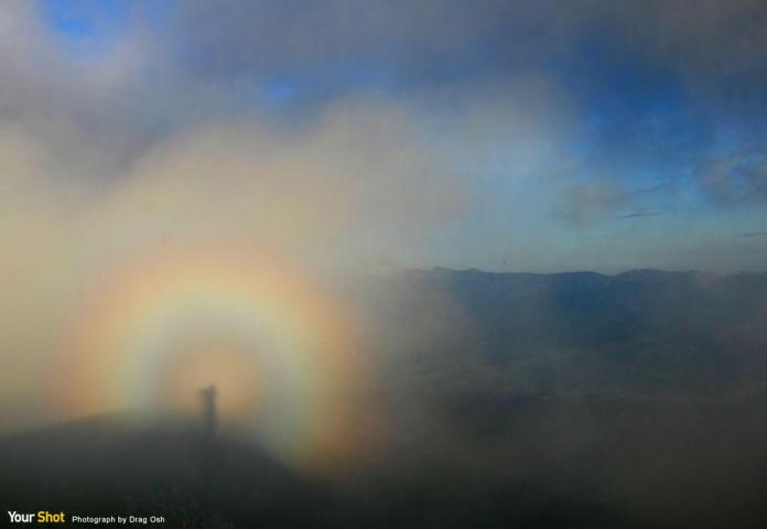 圈狀彩虹的大氣現象稱為布羅肯奇景