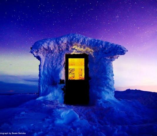 曙光下的極光小屋