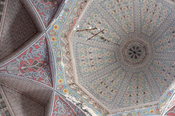 皇宮圓頂內布置了巨大吊燈和錯綜複雜的雕飾。Photograph by Mahan Kalpa Khalsa